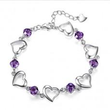 Ezüst karkötő charm stílusban lila kövekkel szív medálokkal